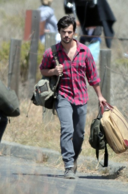 121137, EXCLUSIVE: Shirtless Taylor Lautner seen filming for his his new movie 'Run the Tide' in Los Angeles. Los Angeles, California - Tuesday June 17, 2014. Photograph: KVS, © PacificCoastNews. Los Angeles Office: +1 310.822.0419 London Office: +44 208.090.4079 sales@pacificcoastnews.com FEE MUST BE AGREED PRIOR TO USAGE